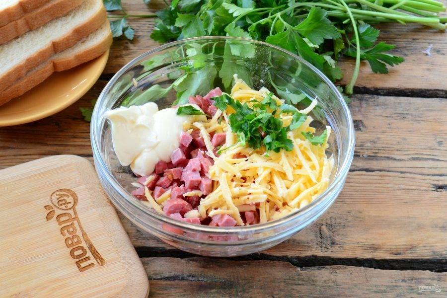 Смешайте их с натертым на крупной терке сыром, измельченной зеленью и майонезом. Все хорошенько перемешайте. Обратите внимание: пропорции продуктов вы можете изменять по своему вкусу.