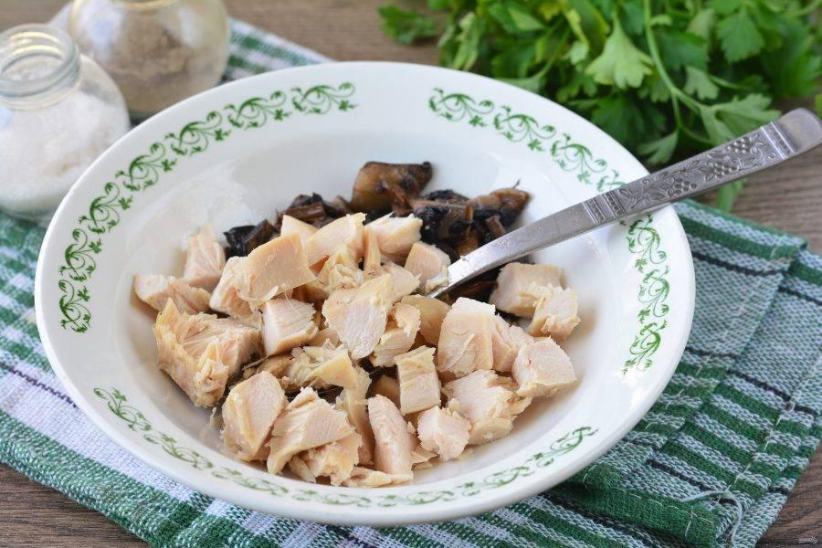 Смешайте грибы и куриное мясо.