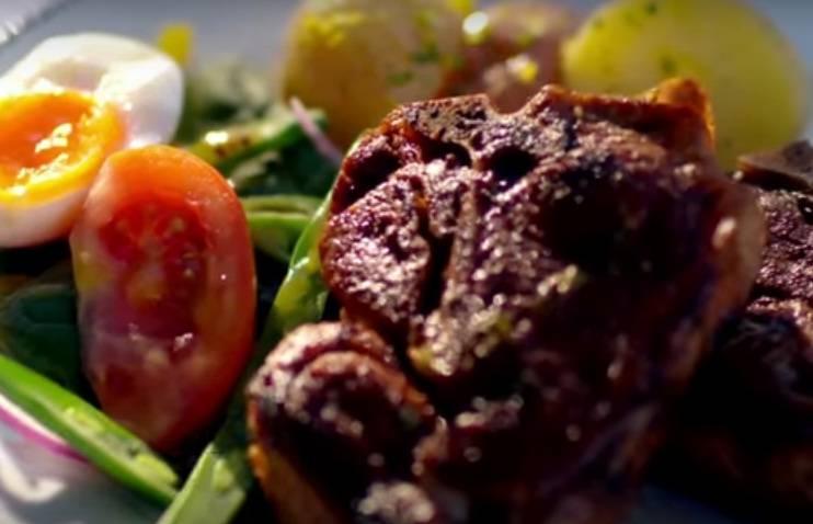В отдельную тарелку выложите часть яичного салата, 1-2 стейка баранины и картофель. Полейте блюдо небольшим количеством соуса.