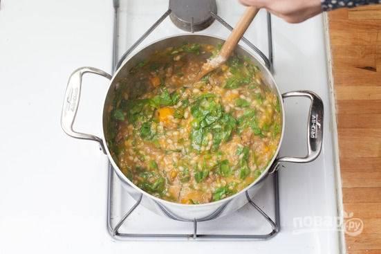 4.Разомните суп немного вилкой или давилкой для картошки, верните его обратно на огонь, добавьте шпинат и тертый сыр. Готовьте на слабом огне несколько минут.