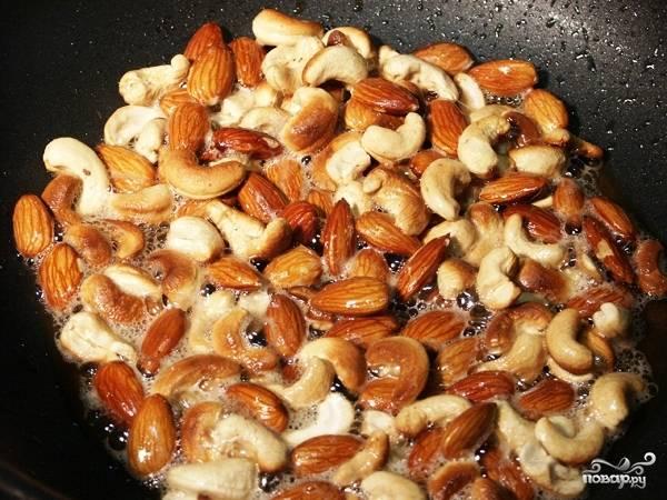 Пока рис варится, обжариваем наши орехи пару минут на сковороде.