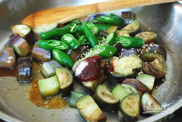 3. Выложите оставшиеся ингредиенты на сковороду.