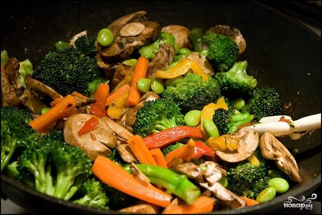 Как только грибы пустят ароматный сок, овощи вместе с ними можно доставать из сковороды.