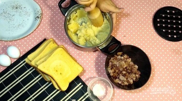 2.Слейте немного жира со сковороды после бекона, верните сковороду на огонь и обжарьте на ней мелко порезанный лук. Отварной картофель разомните в пюре, добавьте по вкусу молоко.