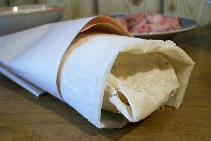 Оборачиваем шаурму бумагой, чтобы не испачкаться и приступаем к поеданию. Приятного всем аппетита!