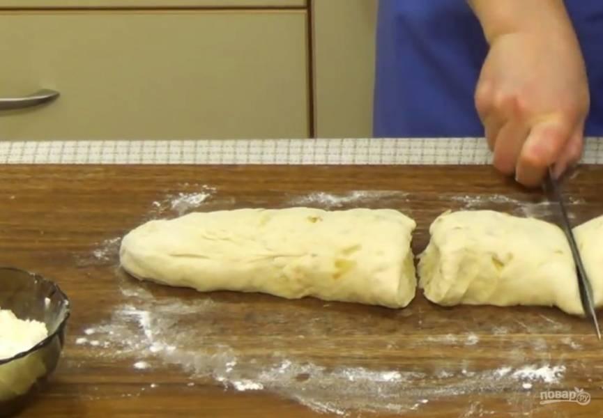 3. Накройте тесто пищевой пленкой и оставьте при комнатной температуре для того, чтобы оно увеличилось в два раза. Слегка обомните тесто и разрежьте его на небольшие кусочки.