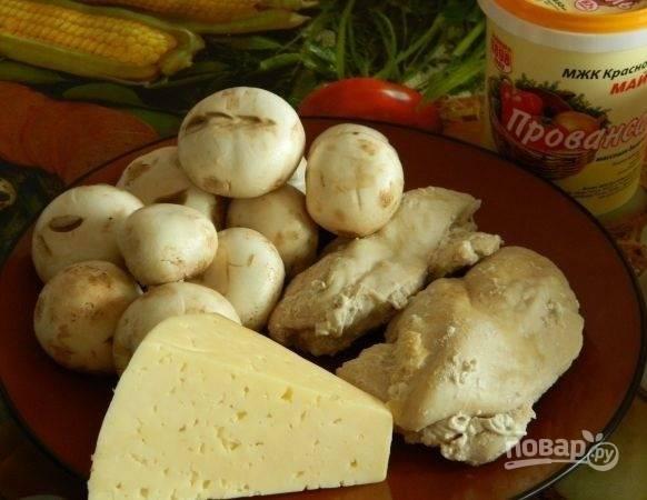 1. Перед вами все ингредиенты, которые будут использованы в рецепте. Грудку лучше всего отварить заранее, чтобы она хорошо остыла.