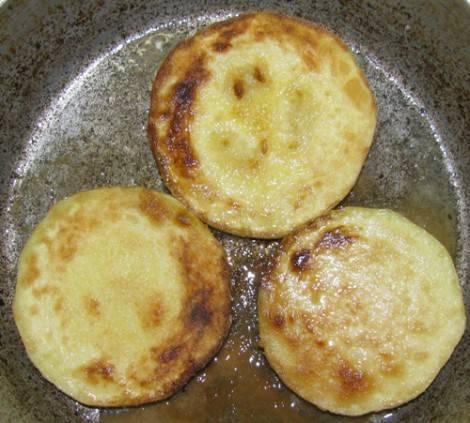 Разогреваем в сковороде растительное масло и обжариваем кабачки с двух сторон до золотистой корочки.