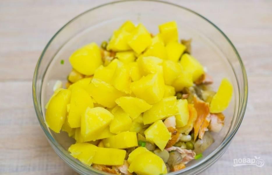 6.Выкладываю измельченный отварной картофель в салатник к остальным ингредиентам.