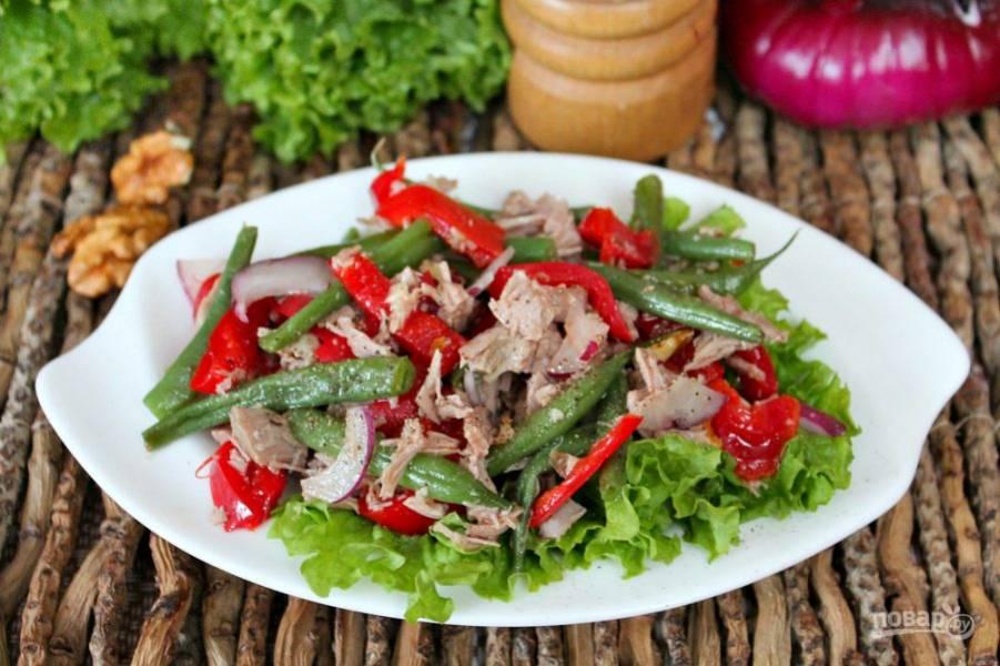 Вкуснейший салат из говядины с фасолью готов. Выкладываем салат на зеленый листок. Приятного аппетита!