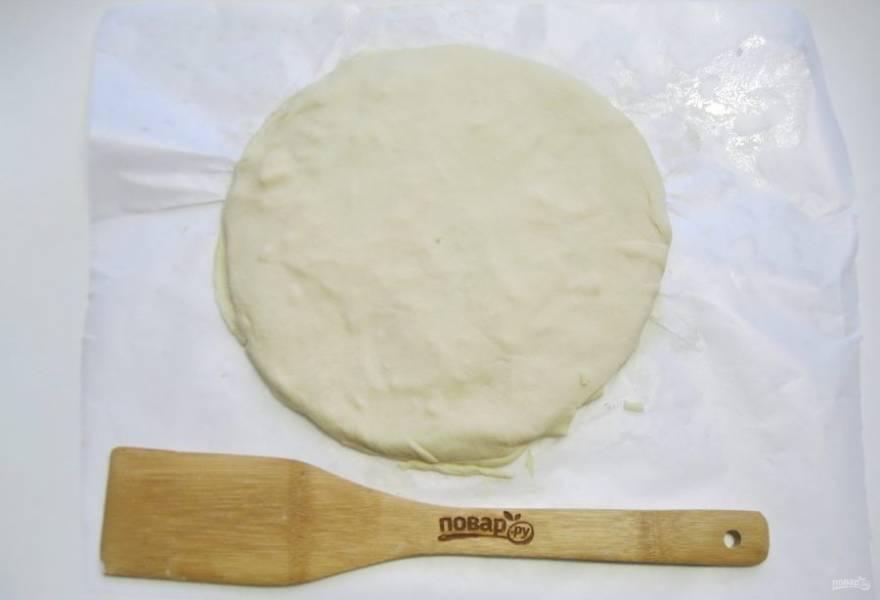 Раскатайте таким образом каждый шарик теста, смазывая его маслом и посыпая сыром, кроме последнего. Выкладывайте круги один на другой стопкой.