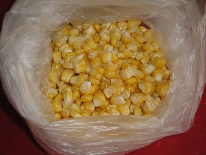 7. Последний этап - это сбор кукурузы для длительного хранения. Использовать можно полиэтиленовый пакет, пакет для заморозки с застежкой или пластиковую емкость с плотно закрывающейся крышкой.
