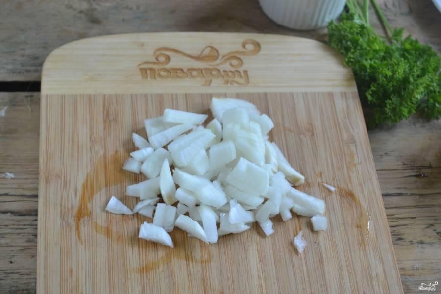 Лук порежьте на мелкие кубики и обжарьте в подсолнечном масле до золотистого цвета.