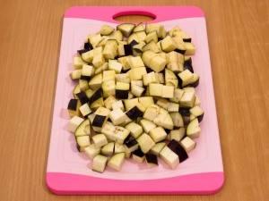 2. Пока варятся соцветия, нарезаем баклажаны и солим их. Даем немного постоять, чтобы ушла лишняя горечь.
