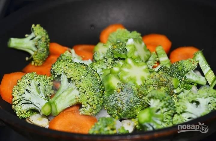 3. Добавьте морковь, брокколи.