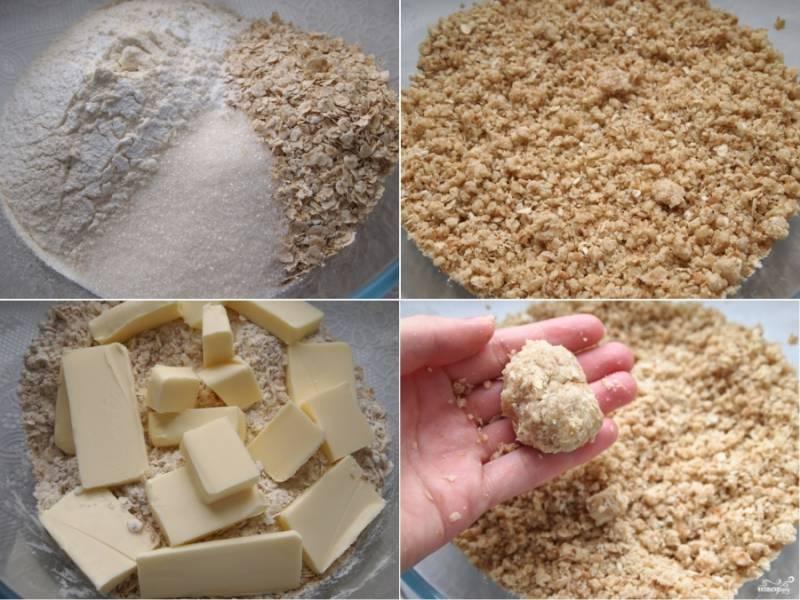 1. В подходящей емкости соедините все сухие компоненты, хорошо перемешайте. Добавьте размягченное сливочное масло, перетрите его с сыпучей массой до получения крошки. Лучше делать это руками. У вас должно получиться несколько липкое рассыпчатое тесто.