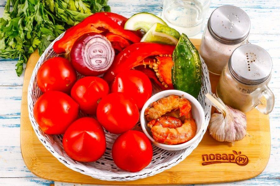 Подготовьте указанные ингредиенты. Креветки заранее отварите в кипящей воде примерно 2-3 минуты, если продукт варено-мороженный. Если креветки свежие, то отварите их 5-8 минут.