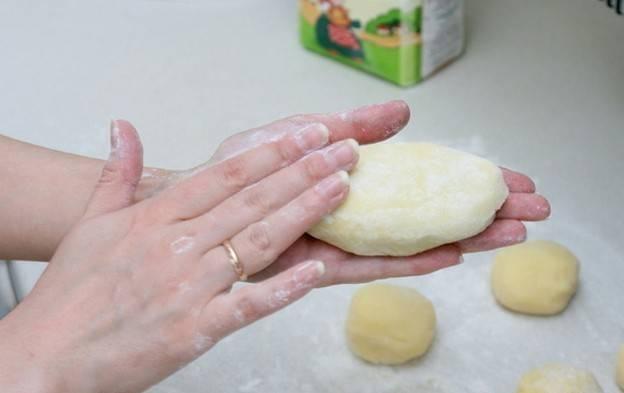 Тщательно скрепляем края лепешки и формируем ровный пирожок.