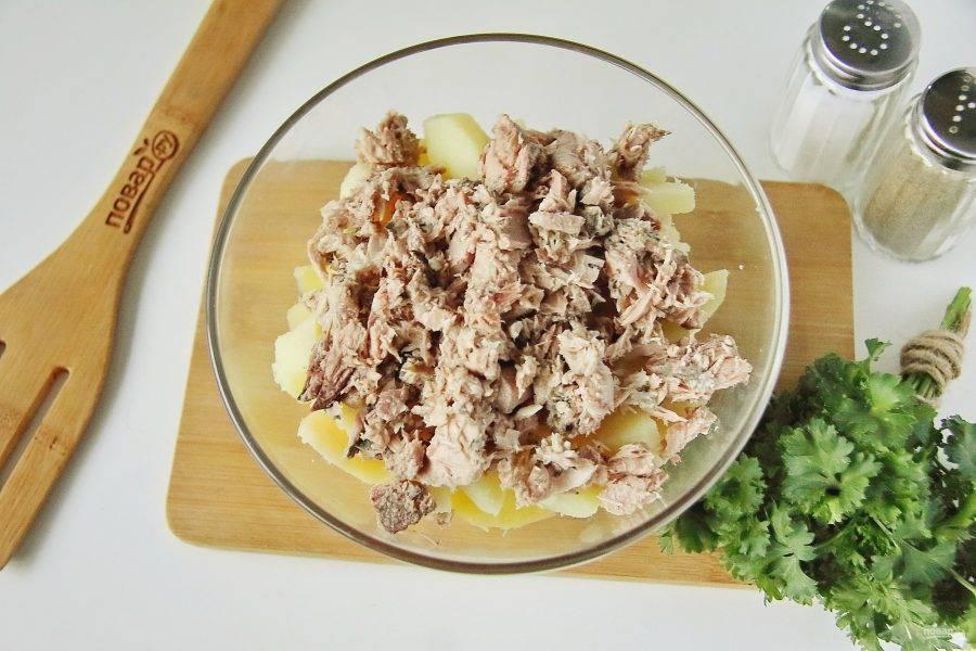 С рыбных консервов слейте всю жидкость и разомните вилкой. Добавьте к картофелю.