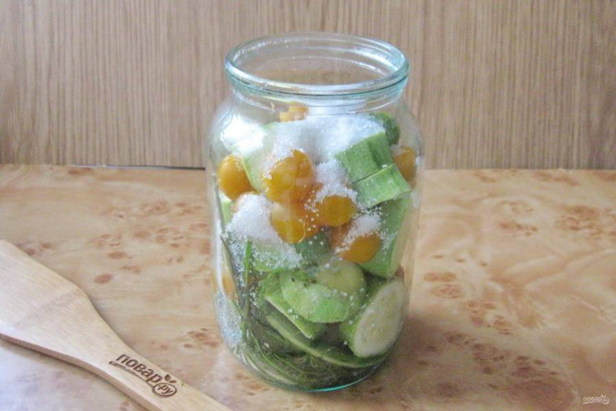 Снова слейте воду из банки в кастрюлю и опять доведите до кипения. Перед тем, как залить банку кипятком в третий раз, добавьте в неё соль, сахар и лимонную кислоту.