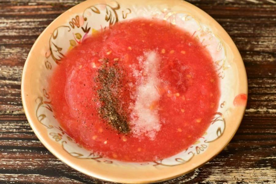 Помидоры перекрутите на мясорубке. Добавьте соль и перец черный молотый по вкусу. Перемешайте.