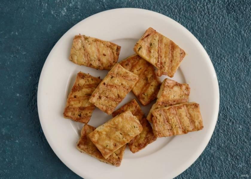 Тофу нарежьте на небольшие прямоугольники, окуните в соевый соус и поджарите на гриле или сковороде до румяной корочки.