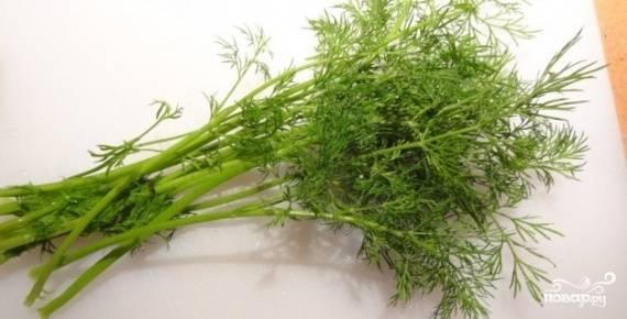 3. Промойте зелень в большом количестве проточной воды. Хорошо просушите. Нарежьте как можно мельче зелень, используя только листики.