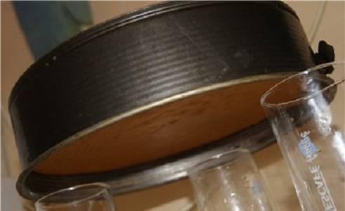 6. Когда бисквит готов, его нужно как следует остудить. Чтобы он не упал, форму можно поставить вверх дном на опоры - стаканы, например.