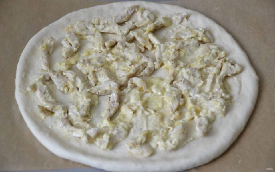 Выложите на тесто курицу в сливочном соусе.