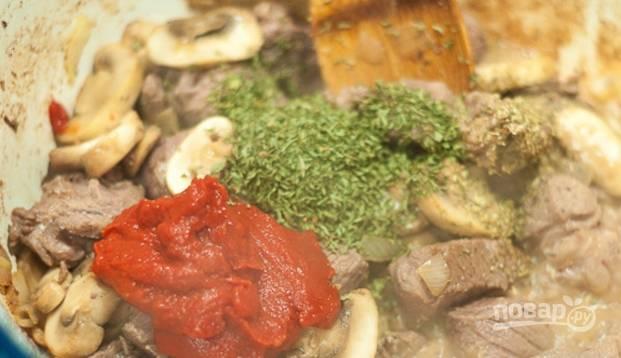 6.Влейте говяжий бульон (или воду), добавьте томатную пасту, петрушку и орегано, доведите содержимое до кипения, затем тушите на слабом огне около 1 часа.