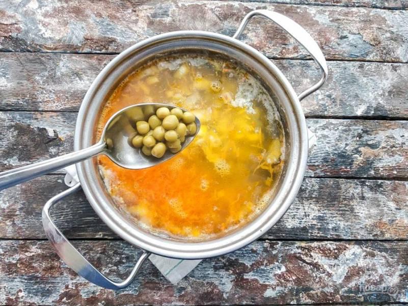 Горошек промойте несколько раз под чистой водой, добавьте его в суп и варите 5-10 минут. Картофельный суп с зеленым горошком готов. Приятного аппетита!