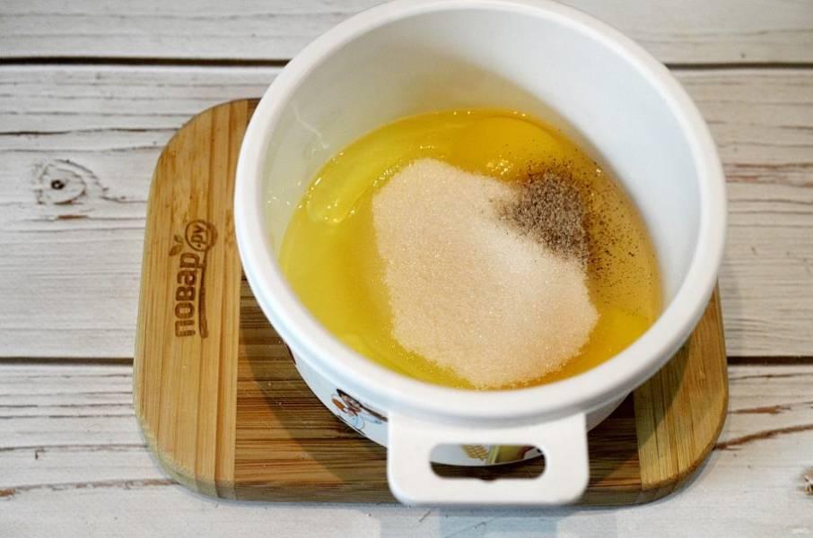 2. Яйца взбейте с обычным и ванильным сахаром.