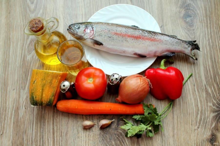Подготовьте все необходимые ингредиенты для приготовления форели тушеной с овощами.
