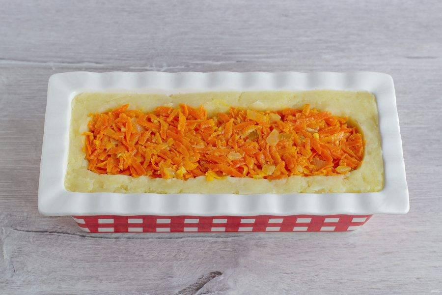 И последний слой – морковно-луковый. Придавите его также ложкой и поставьте запеканку в разогретую до 180 градусов духовку на 30 минут.