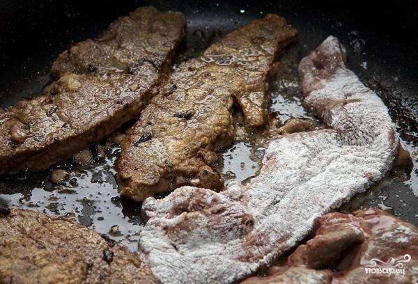 2. Отправьте на сковороду с небольшим количеством масла и обжарьте на среднем огне до золотистой корочки с двух сторон.