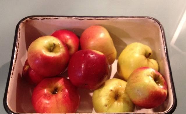 Тщательно промываем килограмм яблок.
