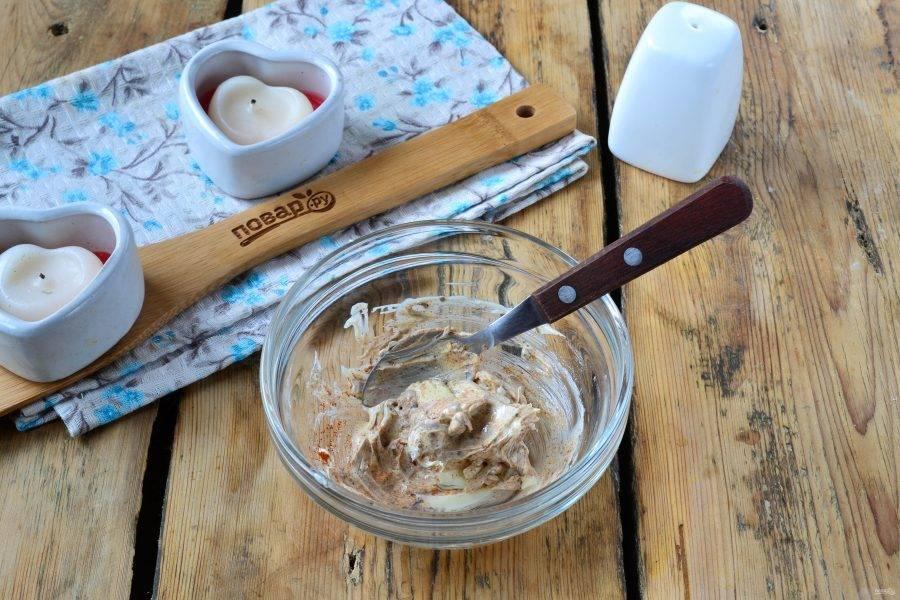Размягченное сливочное масло смешайте со всеми пряностями и медом. Хорошенько перемешайте.