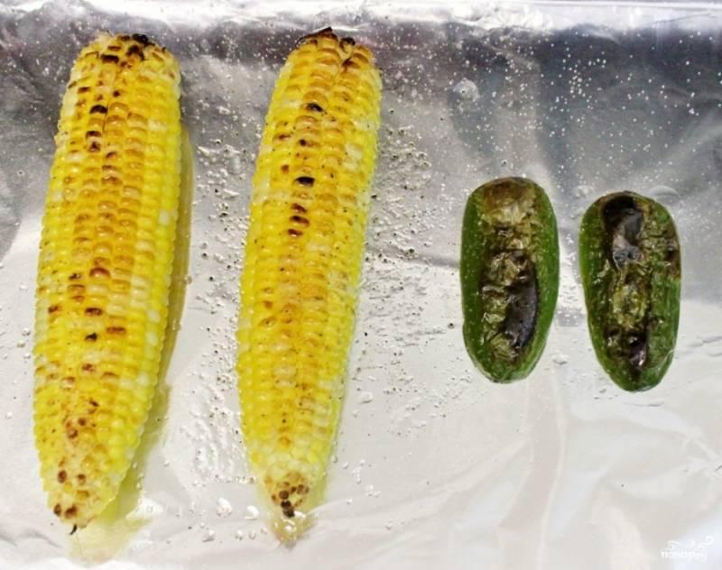 Разогрейте духовку. Оберните противень листом фольги, смажьте маслом и выложите початки кукурузы и перец, разрезов его вдоль, на две части, приправив все солью и перцем. Поставьте в духовку приблизительно на 5-10 минут.