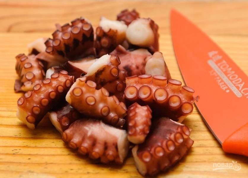 2.Нарежьте осьминога небольшими кусочками (размер определяйте сами).
