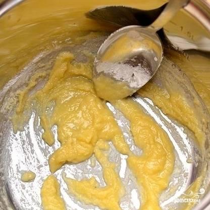 4. Муку с маслом постоянно помешивайте, пока масса не станет однородной.