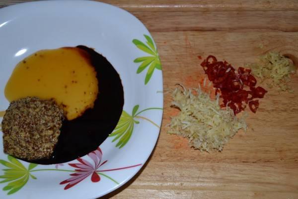 Готовим маринад для ребрышек. Для этого смешиваем мед, соевый соус, горчицу, соль. Добавляем измельченные чеснок и острый перчик, натертый имбирь.