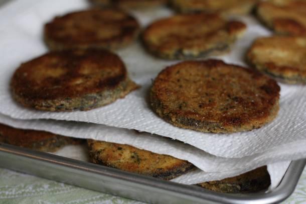 3. Обжаренные баклажаны сразу выложить на бумажное полотенце, убрав тем самым остатки масла. Пока они немного остывают, можно заняться сыром. Рикотту можно соединить с чесноком или зеленью, например, или добавить в рецепт приготовления жареных баклажанов с сыром другие любимые ингредиенты. Твердый сыр и моцареллу натереть на средней терке.