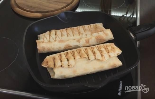 8. Финальный этап: на разогретую сковороду-гриль выложите шаурму и, слегка придавливая, поджарьте на небольшом огне, пока не расплавится сыр.
