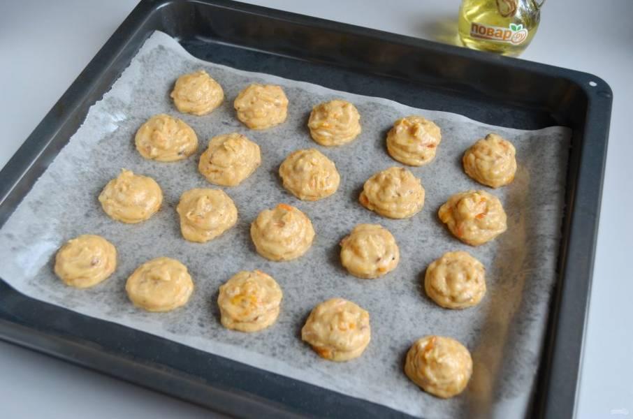 8. Противень застелите пергаментом, смажьте маслом растительным. Отсадите печенье. Насадки не используйте, печенье мягкое и форму не будет держать во время выпечки. Отправьте его в духовку на 25 минут.