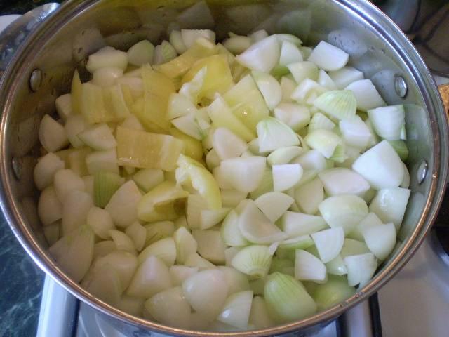 К томату добавляем перец и лук.