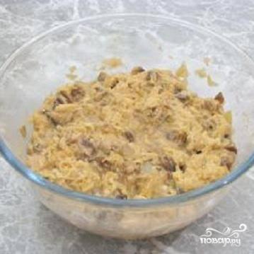 2.Вымыть и почистить картофель.  Картофель можно натереть на средней терке. Можно измельчить его в блендере. Добавить в картофельную массу яйцо, соль, перец и хорошо перемешать. Выложить в картофель жареные грибы с луком, муку и тщательно перемешать до получения однородной массы.