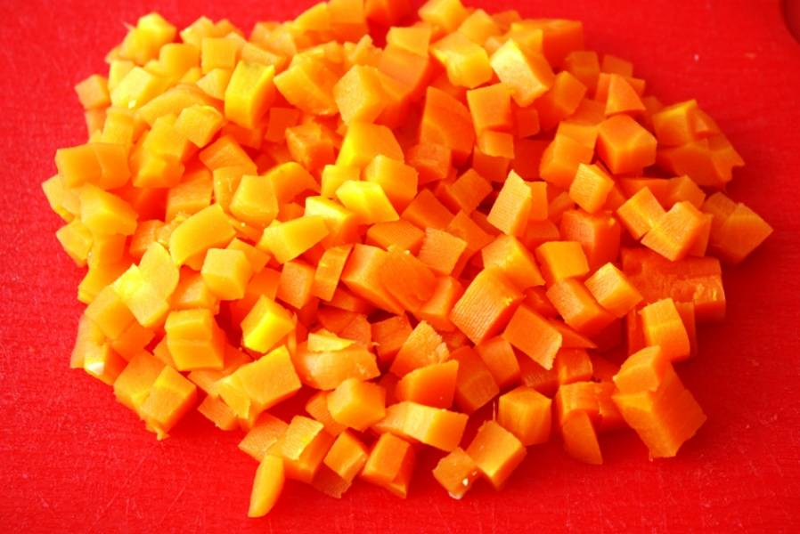Также нарежьте морковь.