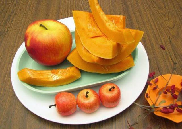 2. Тыкву нужно очистить от кожицы и семян. Выбирайте сочную, спелую и яркую тыковку. Яблочки лучше всего тоже очистить, чтобы начинка была более нежной.