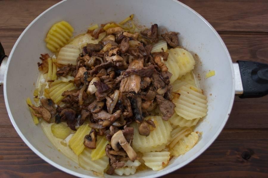 К обжаренному картофелю добавляем готовое мясо. Перемешиваем. Вливаем сливки. Солим, перчим по вкусу. Доводим до готовности и выключаем.
