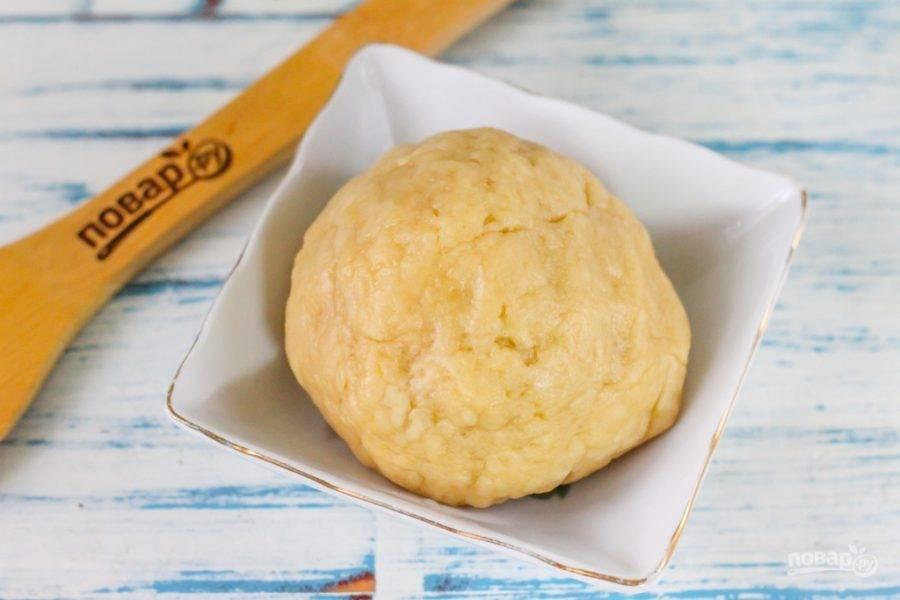 Скатайте тесто в колобок и накройте его пищевой пленкой или пакетом, поместите в холодильник на 15-20 минут для охлаждения.
